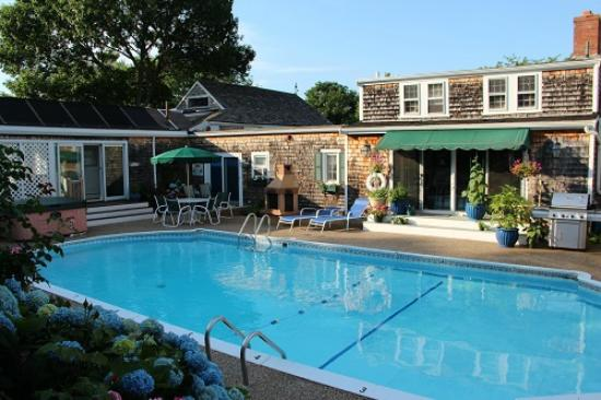 Lamb and Lion Inn : The pool area in the middle of the complex