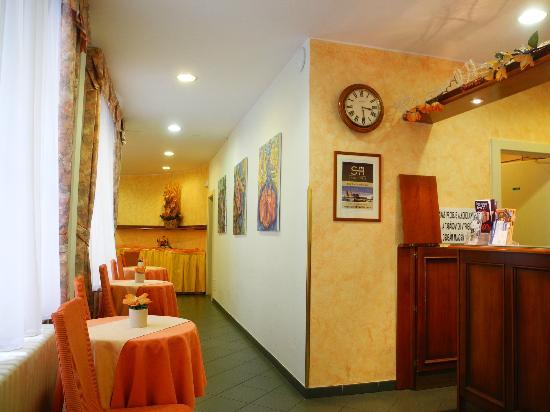 Hotel Melantrich: Коридор от ресепшн к месту для завтрака