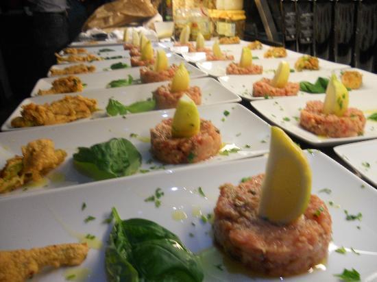 La Ciurma del Pescatore : tartare di tonno con fiore di zucca in pastella ripieno con bufala e gambero rosso