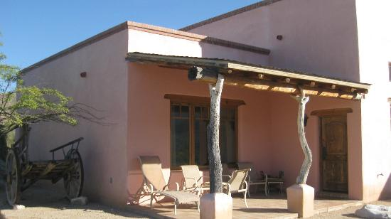 Tanque Verde Ranch: A relaxing patio outside the Hacienda room
