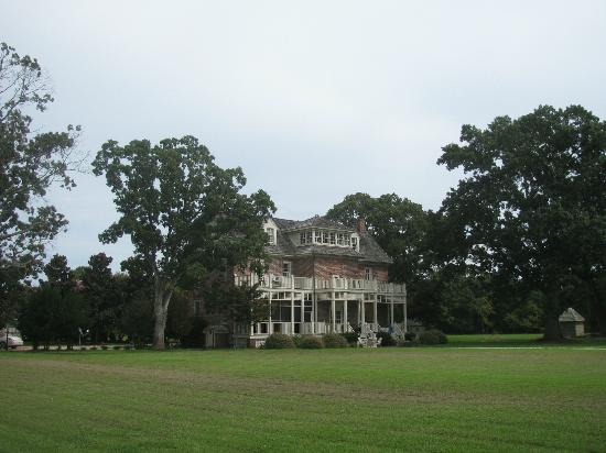 King's Creek Inn: rearview of the Inn and grounds