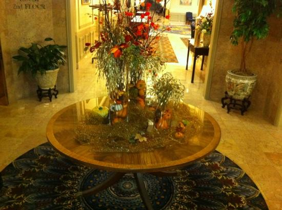 Crowne Plaza Hotel Nashua: Floral display in lobby