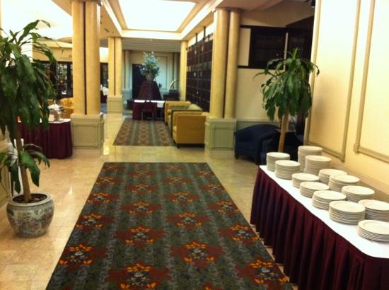 Crowne Plaza Hotel Nashua: Lobby corridor to Speakers corner pub