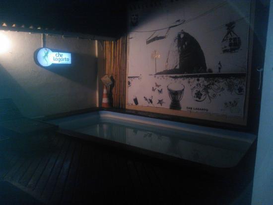 Che Lagarto Hostel Buzios: la llegada, 3 am, la mejor cara del recepcionista, una leve lluvia tropical y 28 grados.. El par