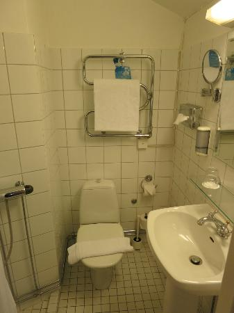 Mayfair Hotel Tunneln: Small bathroom in a single room.