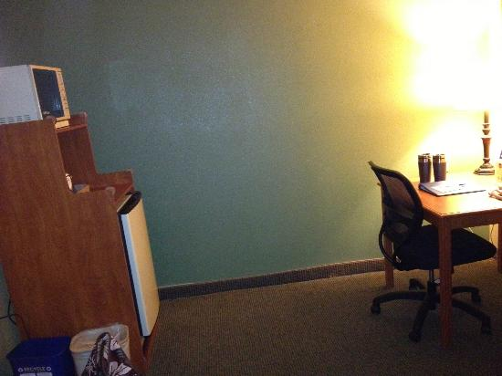 BEST WESTERN PLUS Colony Inn: No table & no wall decor for large space for fridge/microwave. Chair/desk on other wall.