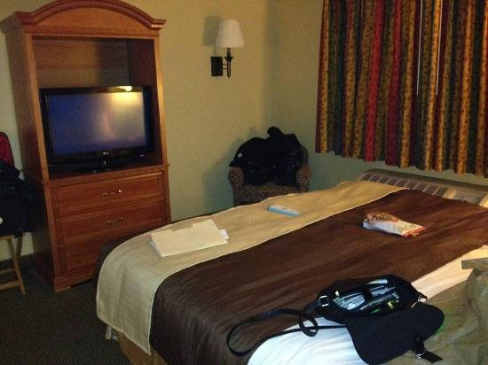 BEST WESTERN PLUS Colony Inn: Small TV and a chair in the corner for?
