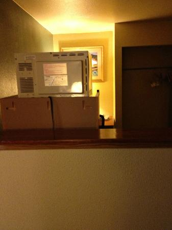 BEST WESTERN PLUS Colony Inn: Back view of microwave/fridge from the bed.