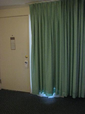 Bradford Inn & Suites: Doors that don't properly open/close