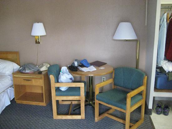 Bradford Inn & Suites: Old, stained furniture