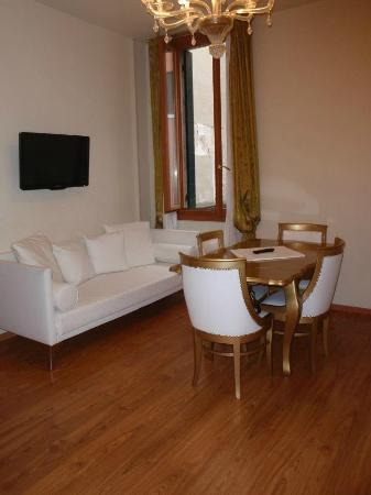 Al Bailo di Venezia: Dining and living room