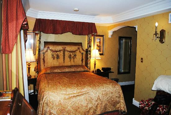 The Red Coach Inn Historic Bed and Breakfast Hotel: Beautiful room... beds were very comfortable!