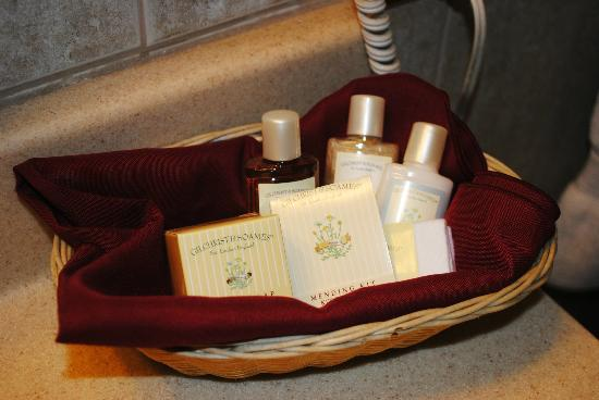 The Red Coach Inn Historic Bed and Breakfast Hotel: Nice selection of toiletries.