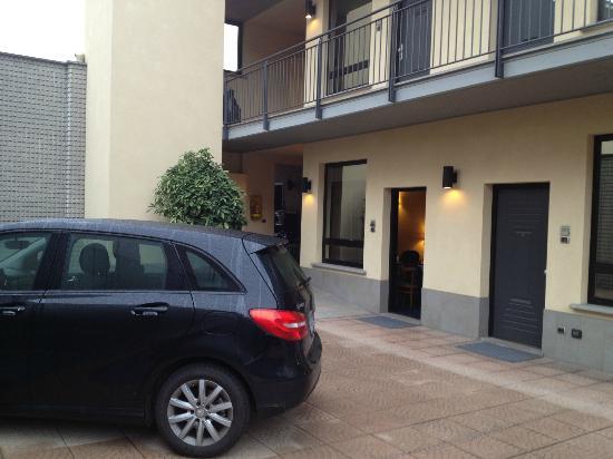 Hotel Ovest : Camera 601 - vista dal parcheggio interno
