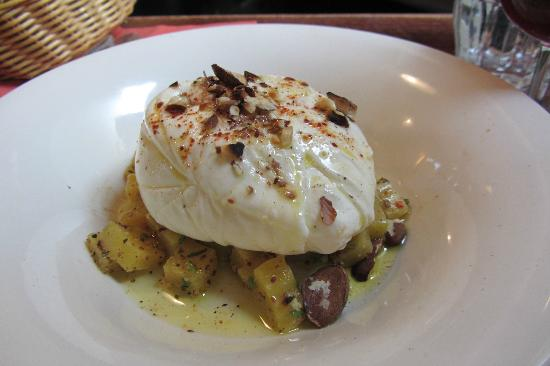 Le Cafe de la Nouvelle Mairie : Buratta cheese, yellow beetroot and almonds