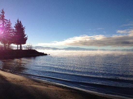 Cedar Glen Lodge: 2 minute walk to the lake