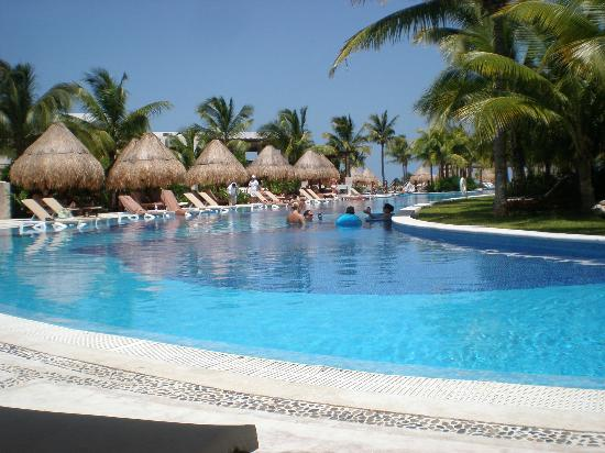 Excellence Playa Mujeres: Pool leading round to main pool