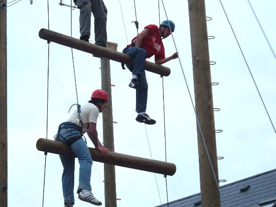 Donegal Town, Irland: Our skyframe ropes course.