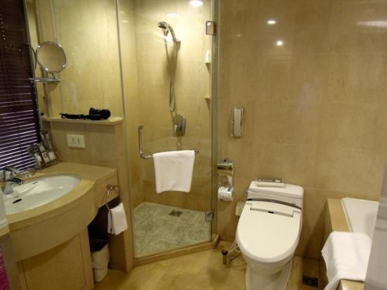 Grand Continent International Hotel: シャワーはバスタブ以外にブースがある