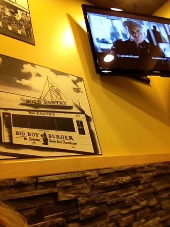 ‪‪Petoskey Big Boy‬: flat screens and old big boy photo's