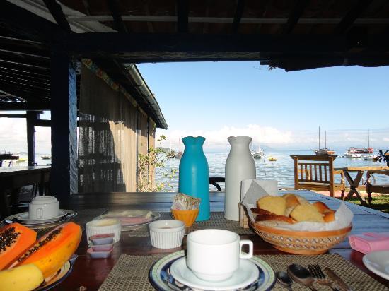 Hospedaria Peixe Vivo: Desayuno a orillas del mar.