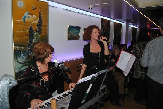 JK Restaurant: Live music with numerous artists