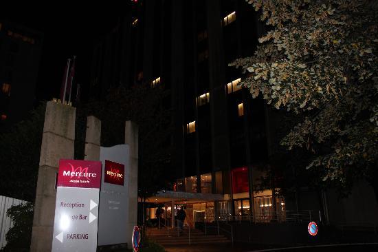 Mercure Paris Centre Tour Eiffel: Hotel entrance 