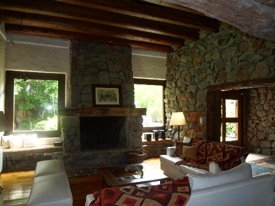Lares de Chacras: Sitting room in the hotel lobby area