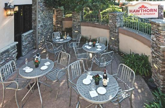 Hawthorn Suites by Wyndham Napa Valley: Lobby Patio