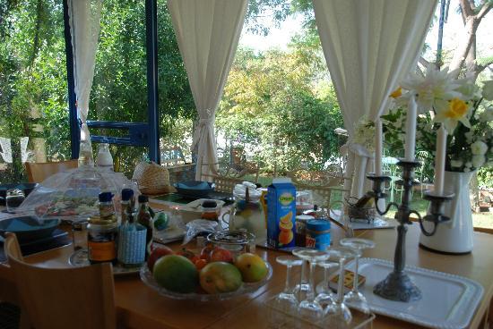 Barud Bed and Breakfast: Breakfast overlooking the garden