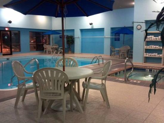 Days Inn: Pool and hot tub