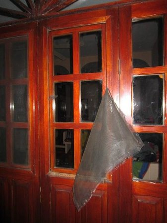Hotel Villas El Parque: window after attempted robbery