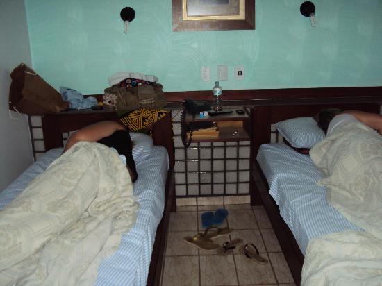 Hotel Sao Charbel: minhas irmas dormindo no apartamento