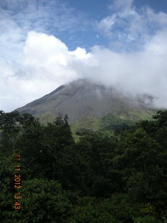 Arenal Observatory Lodge & Spa: Volcano from the deck of the restaurant