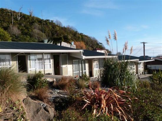 Sundowner Motel : Outside view of family units