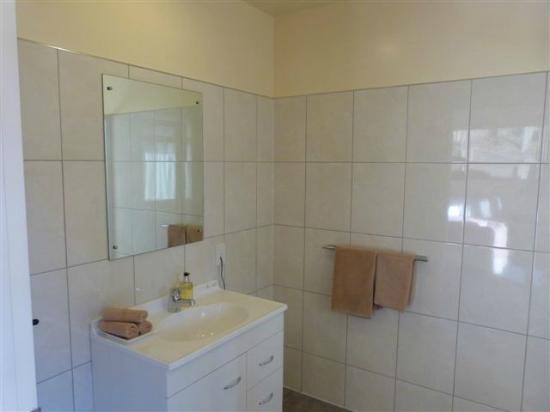 Sundowner Motel : Room 10 Balcony Deluxe Studio bathroom