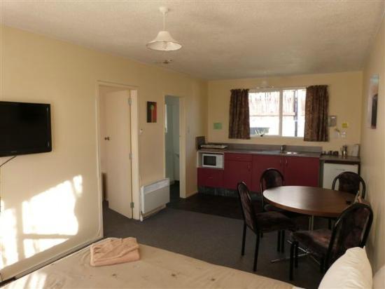 Sundowner Motel : Inside of one of the family rooms