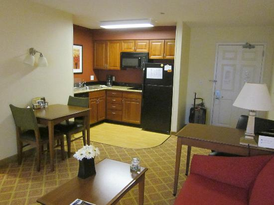 Residence Inn Madison West/Middleton: complete kitchen