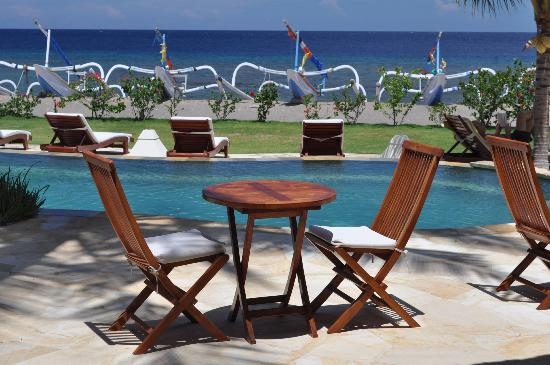 Palm Garden Amed Beach & Spa Resort: Seabreeze dining overlooking the infinity pool and sea