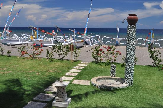 Palm Garden Amed Beach & Spa Resort: Manicured lawns and outside shower for rinsing off seawater and sand