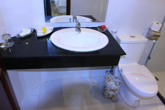 Hanoi Holiday Diamond Hotel: Sparkling clean bathroom.