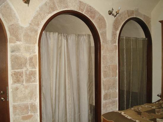 Akkotel: Arched bathroom and closet in the city wall
