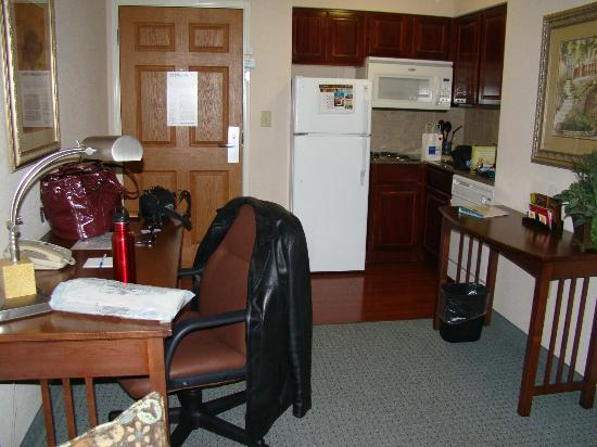 Staybridge Suites Wilmington - Brandywine Valley: Standing in the suite looking towards the door / kitchen