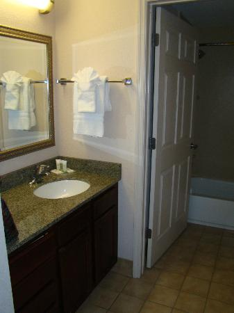 Staybridge Suites Wilmington - Brandywine Valley: Vanity outside the bathroom