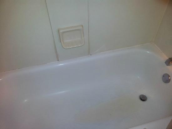Hyatt Place Windward Parkway : rusty tub
