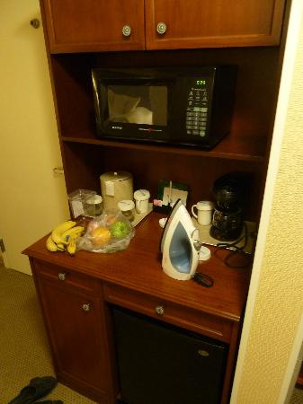 Hilton Garden Inn Fairfax: Microwave and fridge under