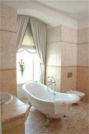 The Chateau: Bathroom
