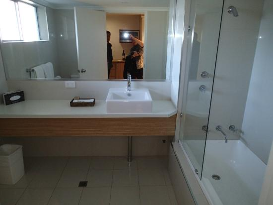 The Nelson Resort: Spacious bathroom.
