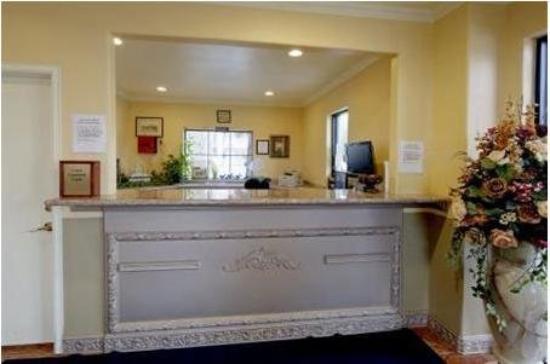 Hometowner Inn & Suites: Frontdesk