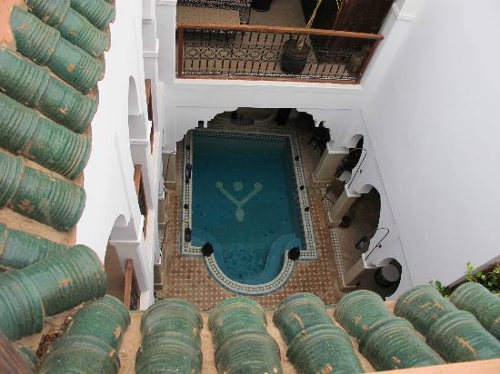 Riad Les Jardins Mandaline: vue de la piscine depuis la terrasse